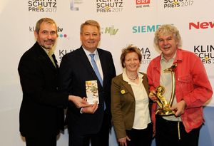 © BMLFUW William Tadros/ Gottfried Brandner, Minister Rupprechter, Renate Brander-Weiss und Heini Staudinger freuen sich über den Klimaschutzpreis für die Waldviertler Werkstätten