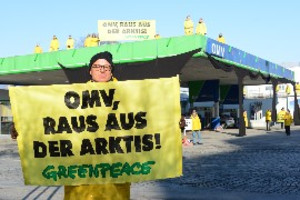 © Georg Mayer/ Greenpeace  - Protest bei der OMV