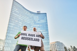 © David Visnjic Greenpeace/ Adam Pawloff und Mike Smith vor der OMV